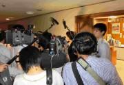 控え室前で記者団に囲まれるs